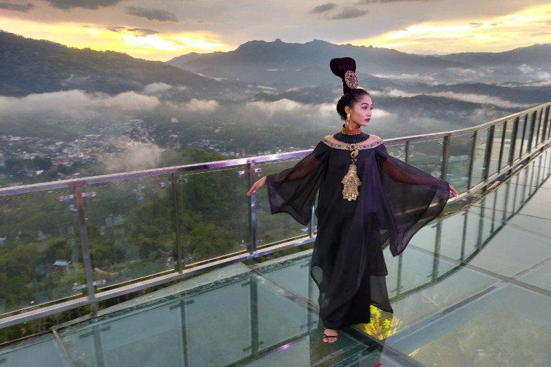 Fashion Show di jembatan kaca patung Yesus