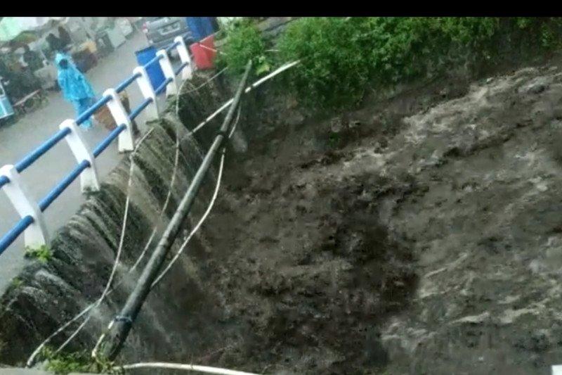 Saluran pipa wisata Air Panas Pacet Mojokerto putus diterjang banjir