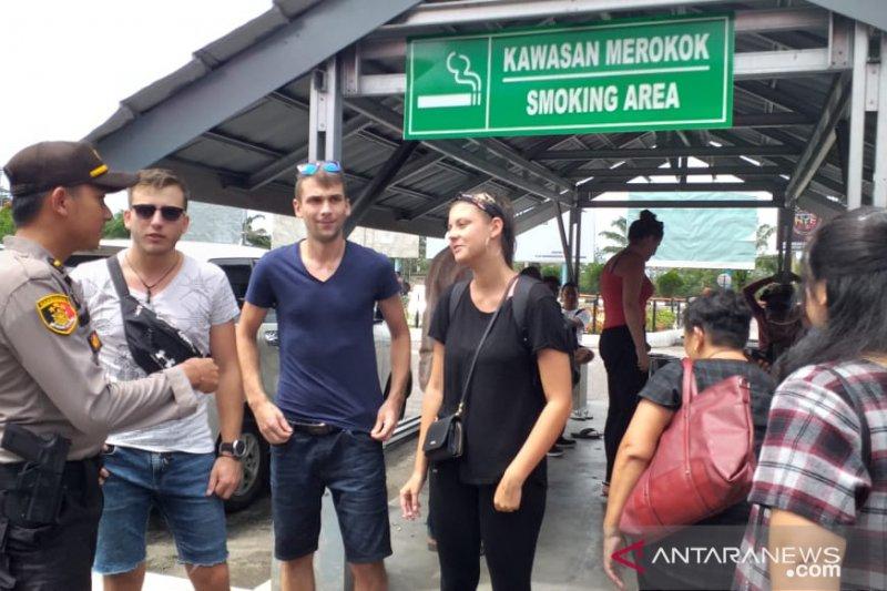 Personel Posyan Bandara Internasional Hanandjoeddin patroli dialogis pada penumpang