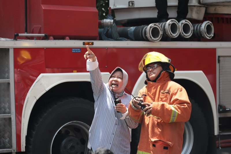 Komentar PDIP soal Risma pimpin langsung pemadaman kebakaran