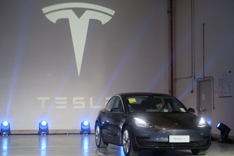Perusahaan mobil listrik Tesla tantang para 'hacker'
