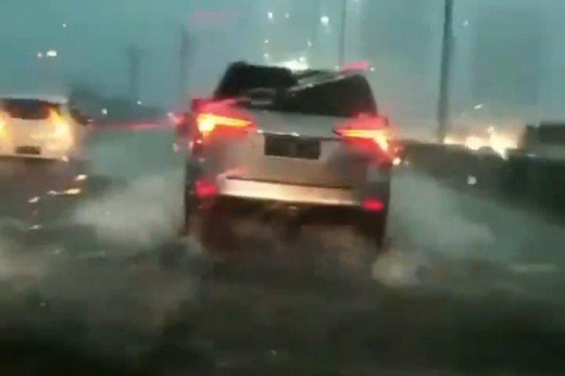 Tol layang digenangi air saat hujan deras