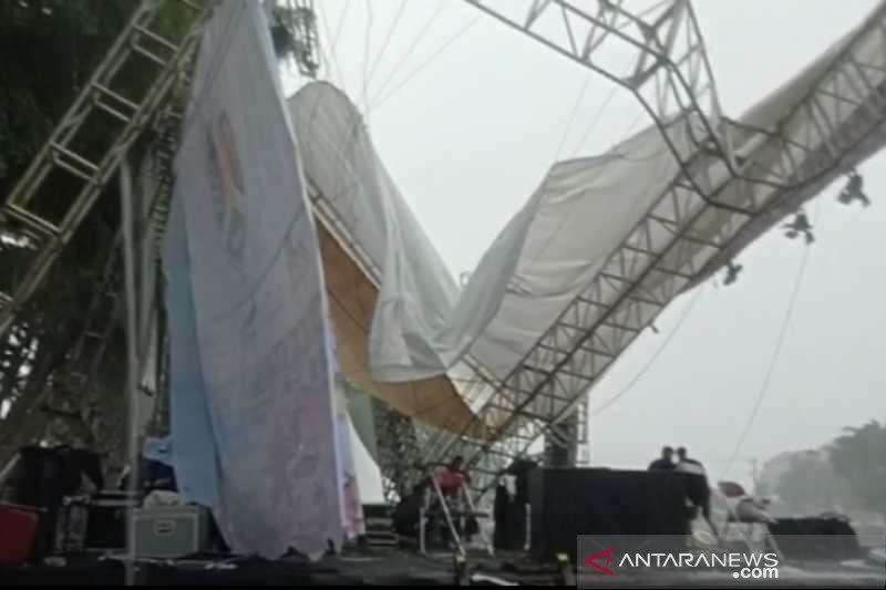 Diterpa hujan deras, atap panggung malam Tahun Baru Alun-Alun Magelang ambruk