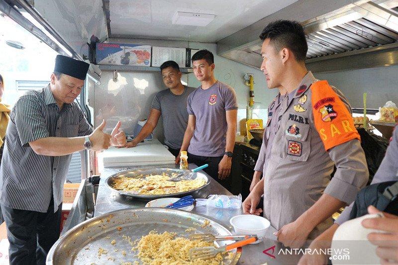 Hidayat Nur Wahid Puji Masakan Pasukan Gegana Di Posko Banjir