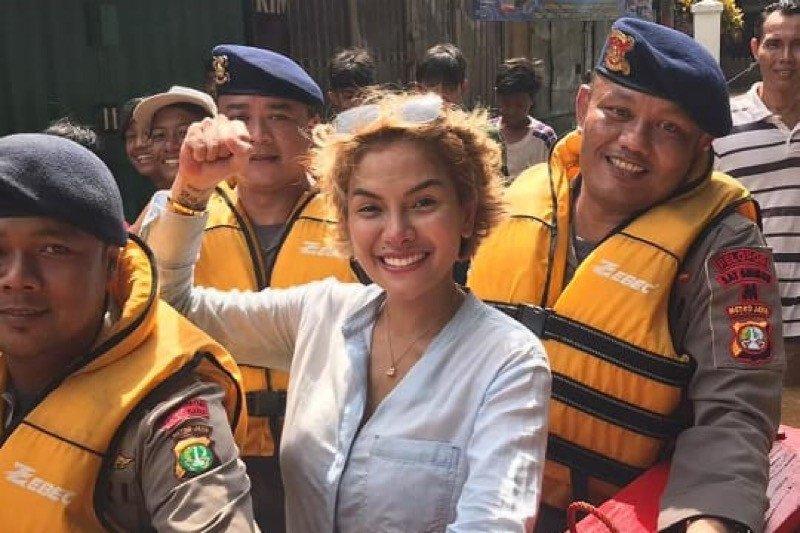 Sumbang Rp20 juta, Nikita Mirzani terjun langsung bantu korban banjir