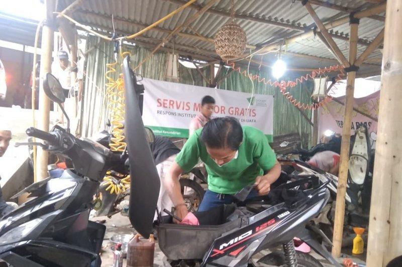 Layanan perbaikan motor dan HP gratis Dompet Dhuafa bagi korban banjir