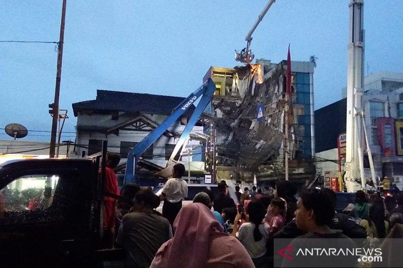 Ekskavator hingga bronto skylift membantu tangani gedung ambruk