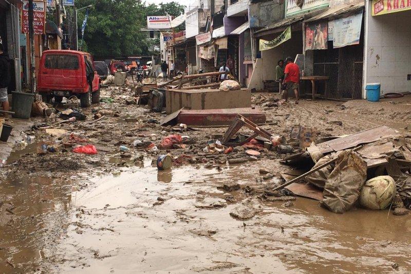 6.000 ton sampah sisa banjir diangkut DLH Bekasi