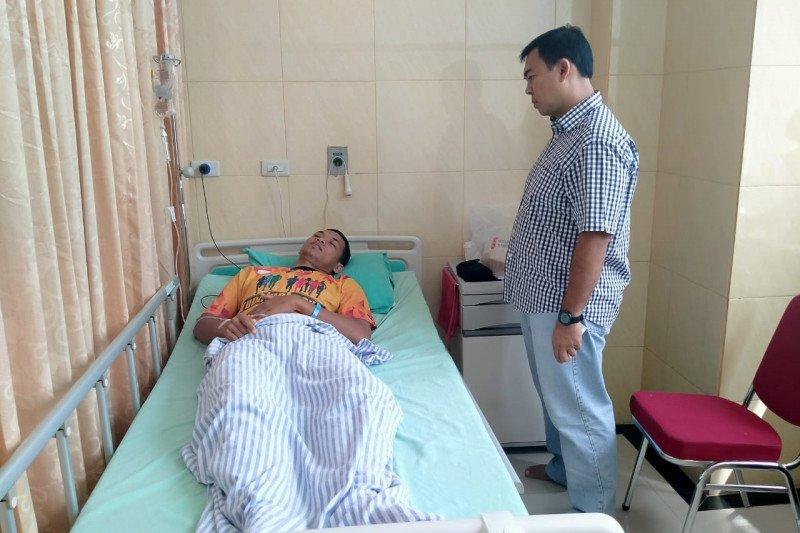 Rycko Menoza besuk pasien operasi usus buntu di RS Airan