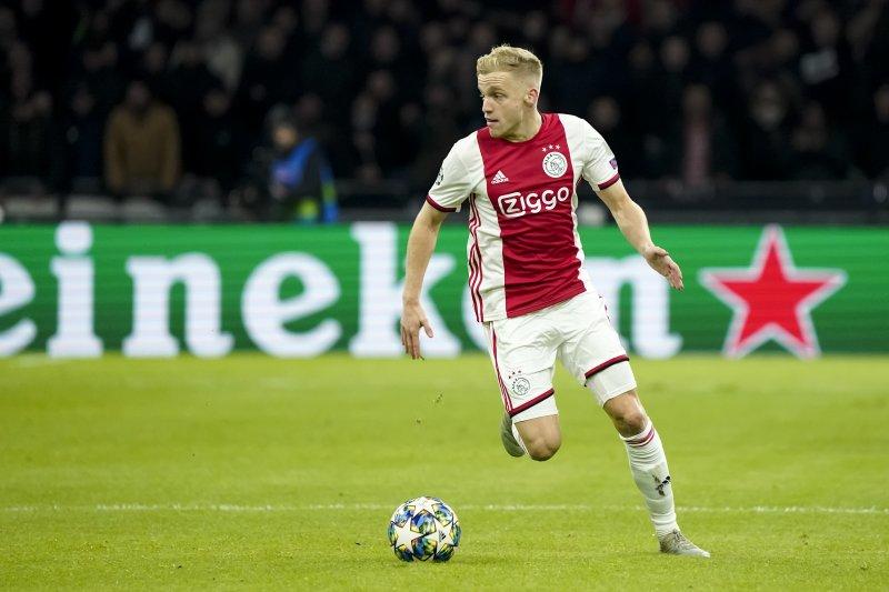 Solksjaer berminat boyong gelandang Ajax Donny van de Beek