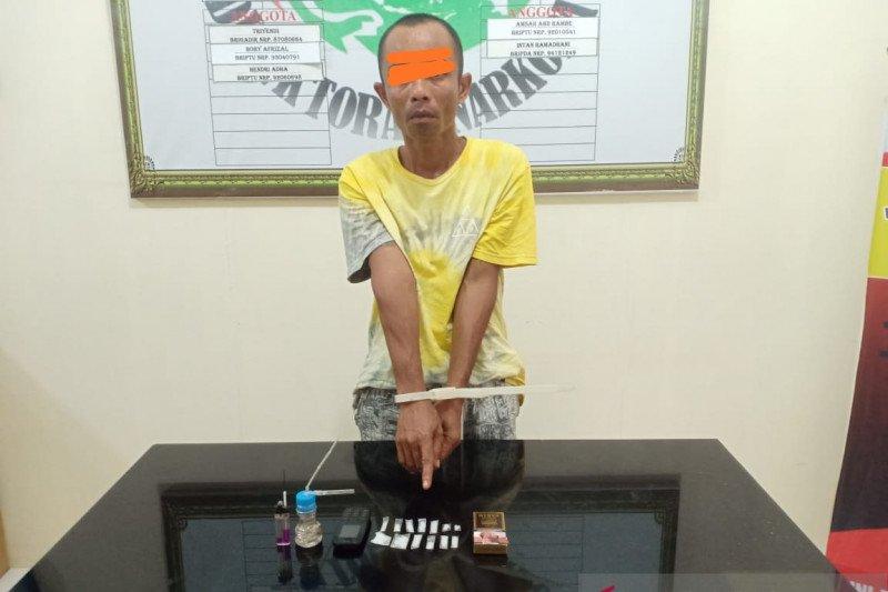 Polres Agam tangkap pengedar narkotika sedang duduk di teras rumahnya