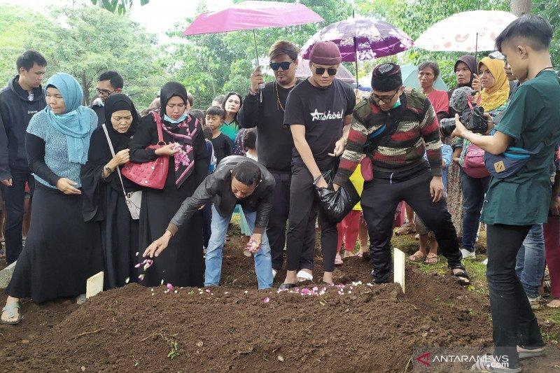Jenazah ibu Rizky Febian kembali dimakamkan usai autopsi