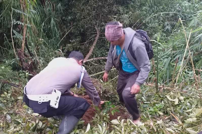 Polisi dan petani  tanam beringin di lereng Gunung Sumbing
