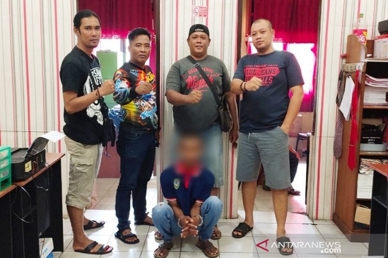 Pria ini ditangkap polisi karena diduga mencabuli istri teman