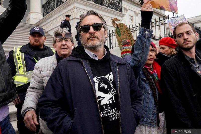Joaquin Phoenix ditahan karena unjuk rasa