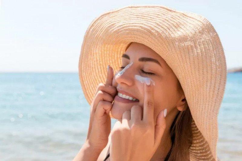 Mana yang lebih baik, tabir surya atau pakaian pelindung matahari?