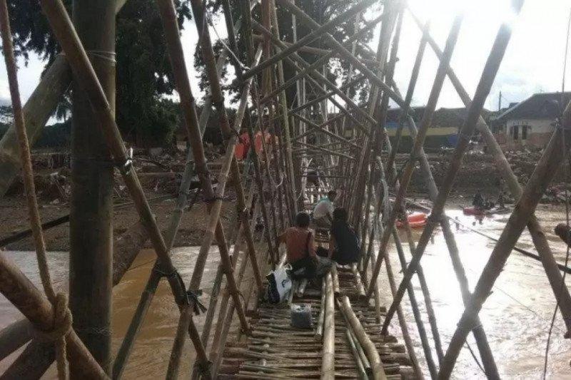 Korban banjir  Lebak bangun jembatan darurat