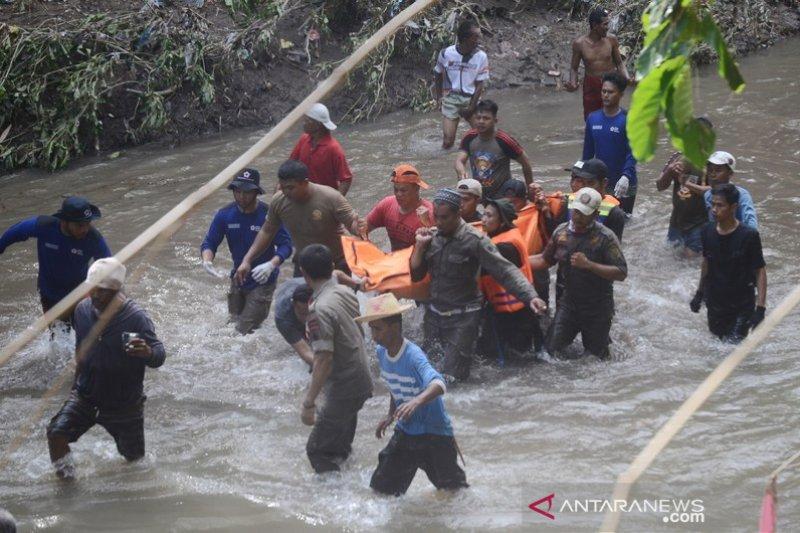 Evakuasi korban terseret air sungai
