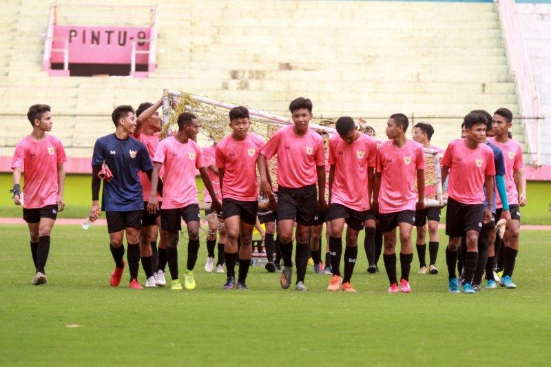 Jelang pelaksanaan Piala AFF dan Piala AFC Timnas sepak bola U16 mulai latihan di Stadion Sidoarjo