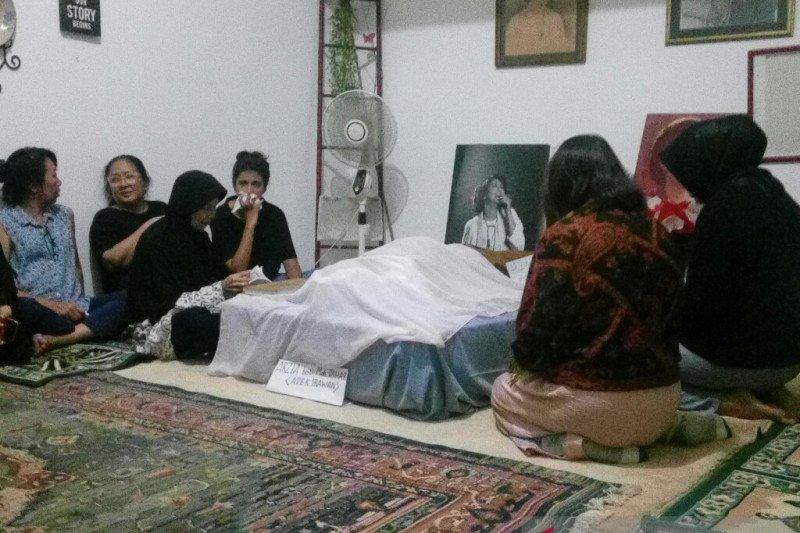 Jenazah Ade Irawan rencana dimakamkan satu liang lahat dengan sang suami