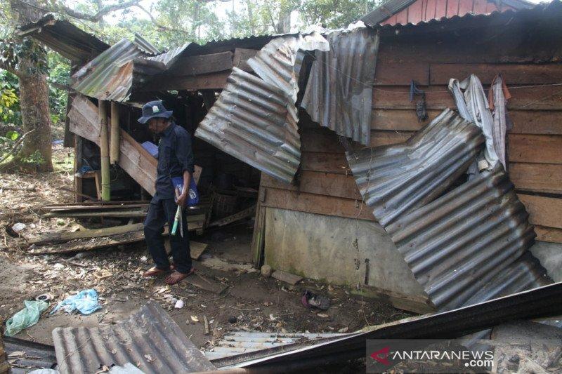 Pemerintah diminta cari solusi terkait  gajah liar rusak rumah warga
