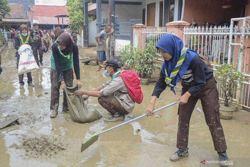 Selasa dini hari, warga Harapan Mulya Bekasi dikagetkan banjir