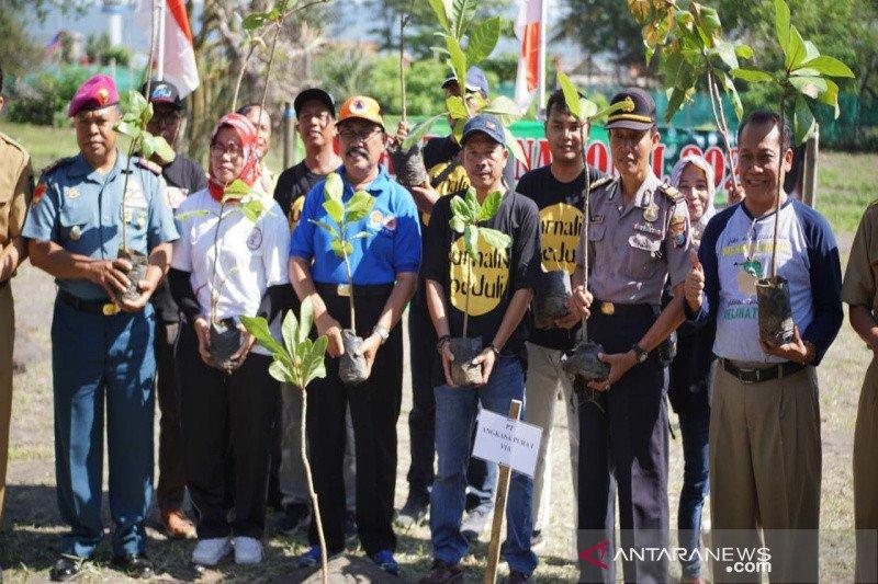 Paguyugan Wartawan Kulon Progo bersama BPDASHL tanam pohon di Pantai Glagah
