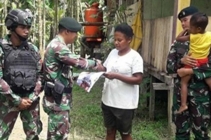 TNI AD berikan pakaian kepada warga di perbatasan RI-PNG