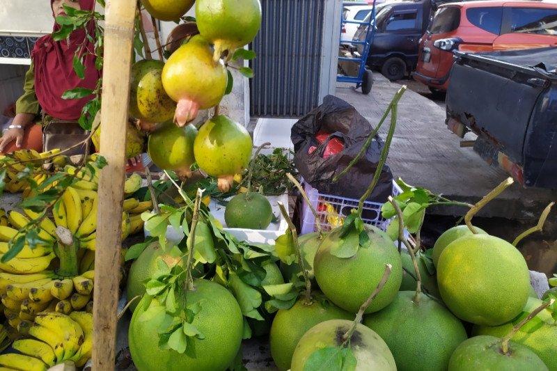 Jelang Imlek, jeruk bali marak dijual di Bandarlampung