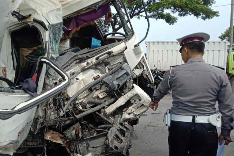 Truk tangki berisi semen tabrakan dengan bus di jalur pantura, tujuh orang luka