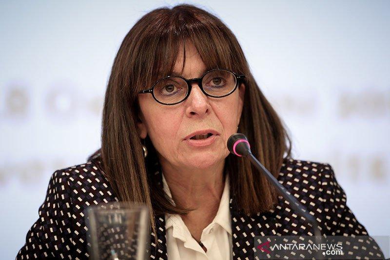 Presiden perempuan pertama Yunani mengambil sumpah jabatan