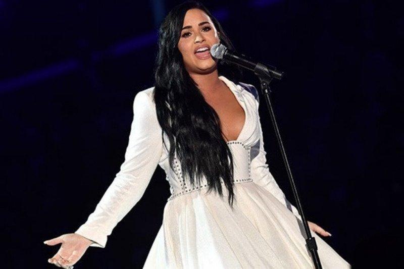 Demi Lovato menangis saat tampil setelah overdosis