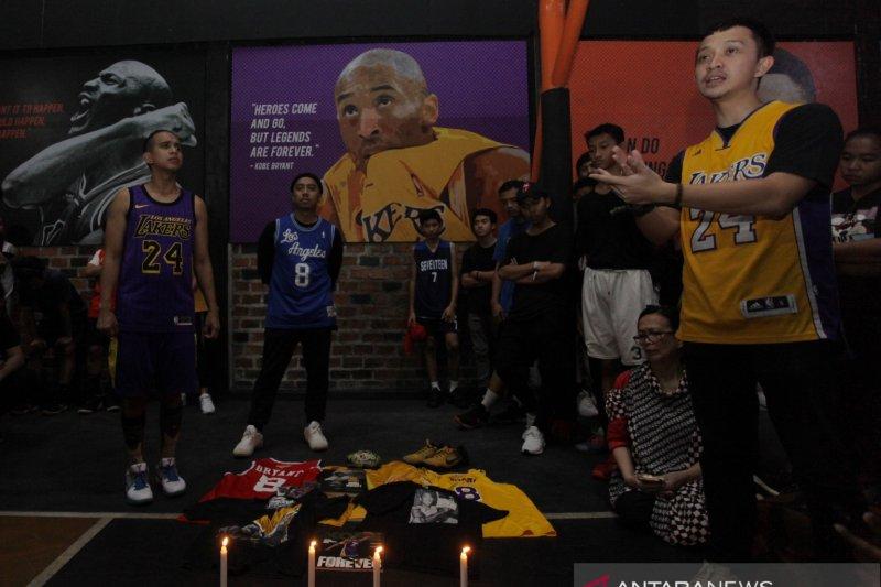 Penggemar  basket berkumpul dekat Staples Center untuk hormati Kobe Bryant