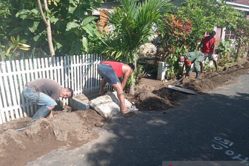 Babinsa di Sangihe bantu warga memasang pipa air bersih