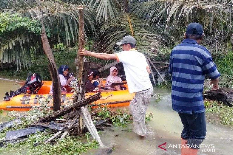 53 warga Manggopoh dievakusi karena rumah mereka terendam banjir