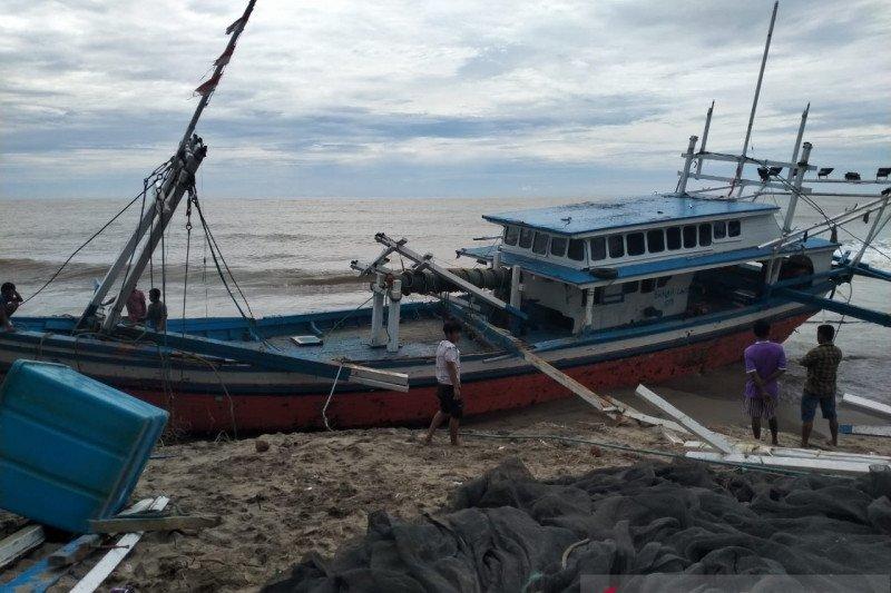 13 kapal nelayan Pesisir Selatan dihantam gelombang besar