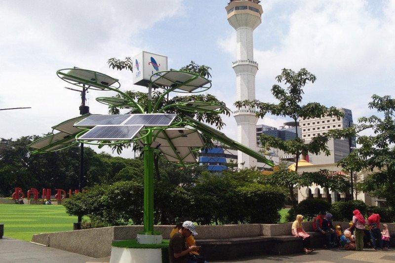 Dua unit 'solar tree' dipasang di Alun-alun Kota Bandung