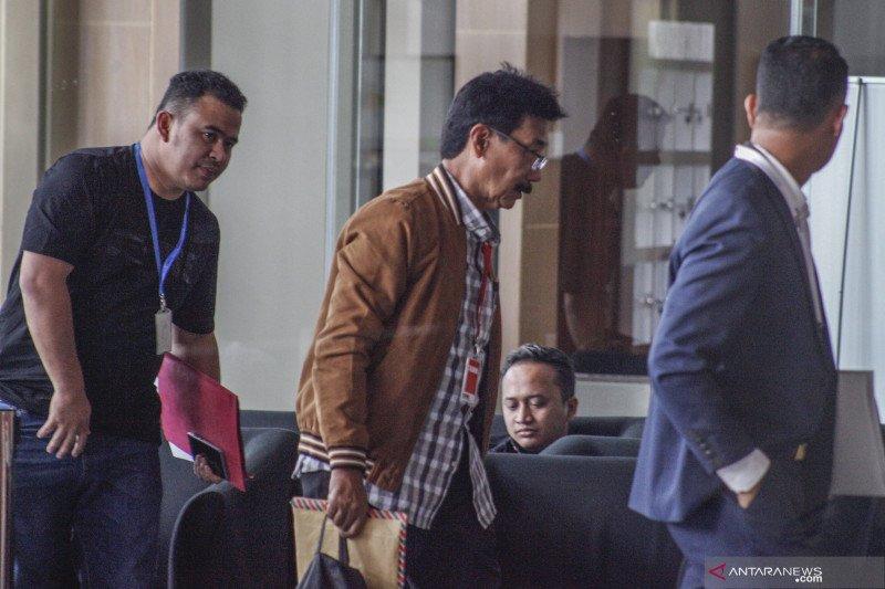 Masuk mengenakan baju kotak-kotak, Muzni Zakaria keluar pakai rompi tahanan KPK