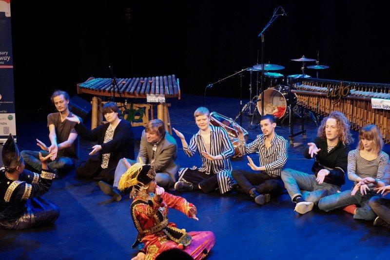 Warga Norwegia semangat pelajari tarian Minang dan permainan angklung
