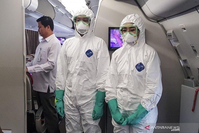 Petugas berpakaian pengaman kesehatan lengkap sambut WNI dari Wuhan