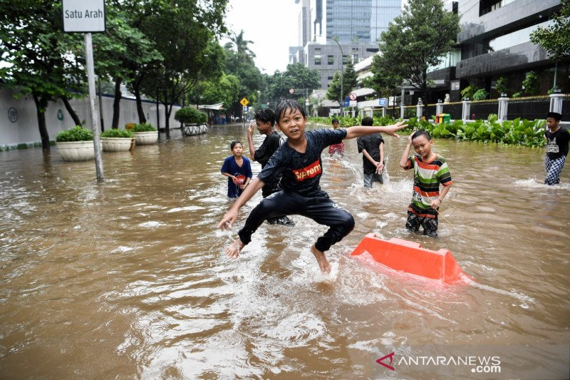 Jadikan banjir di Jakarta sebagai teman