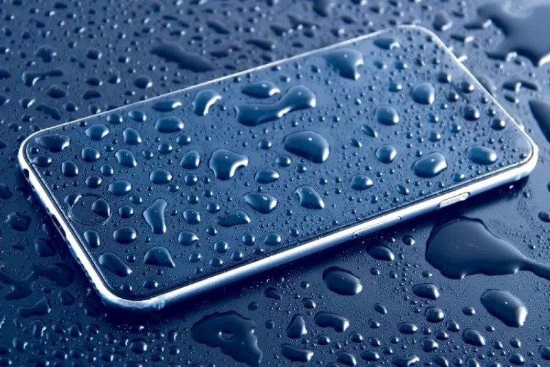 Cara tepat keringkan ponsel yang basah terkena hujan atau genangan air