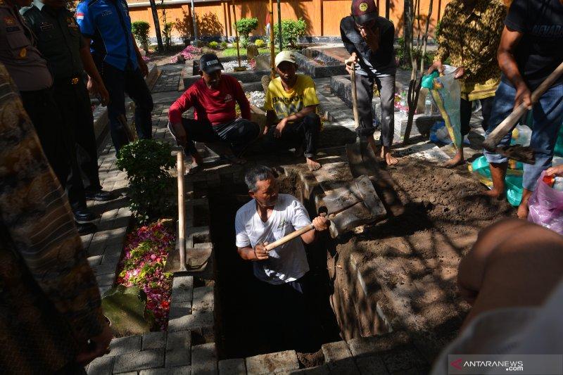 Jenazah Gus Sholah akan dimakamkan dekat makam Gus Dur