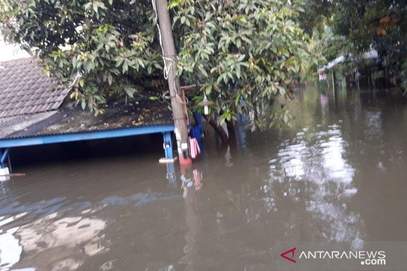 Banjir di Periuk Tangerang semakin tinggi akibat jebolnya tanggul di Perumahan Periuk Damai