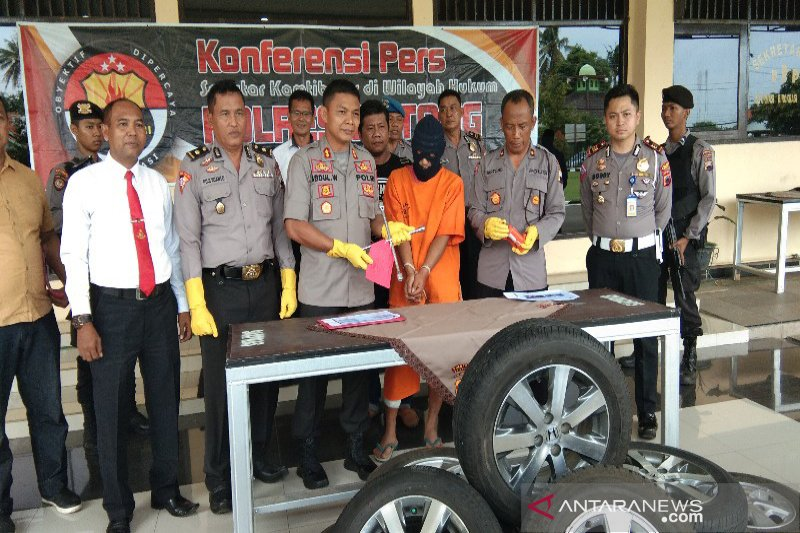 Polisi tangkap pencuri ban mobil gunakan karung pasir
