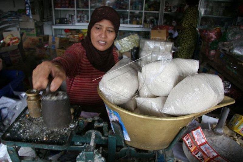 Harga gula pasir di sejumlah pasar tradisional bertahan tinggi