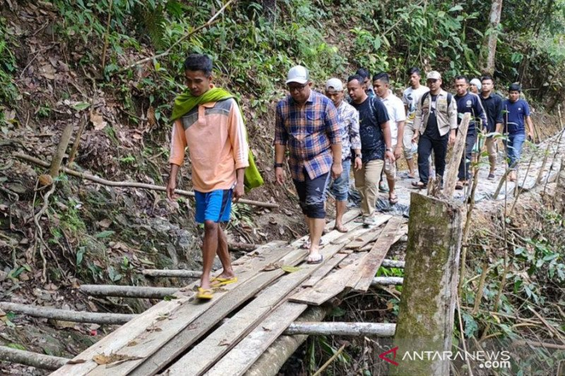 Berjalan kaki selama dua hari, Anggota DPRD Riau ini susuri 36 km jalur terisolir