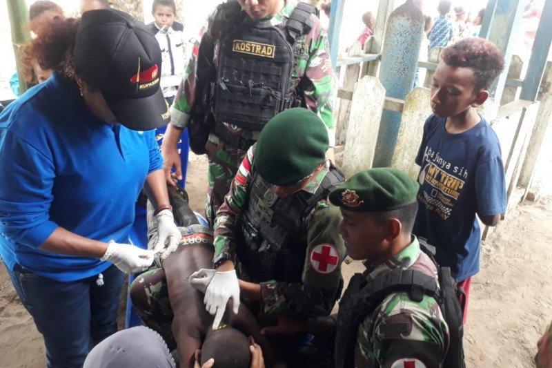 Prajurit TNI obati anak kecil terkena sabetan parang di  Kampung Anus Sarmi