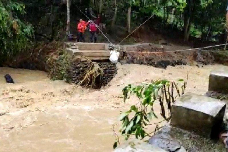 Jembatan putus, Pemkab salurkan bantuan makanan secara darurat