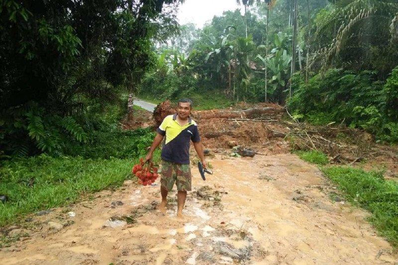 Banjir dan longsor tutup jalan penghubung desa  di Dharmasraya